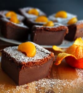 Pedazos de tarta chocolate con mandarina