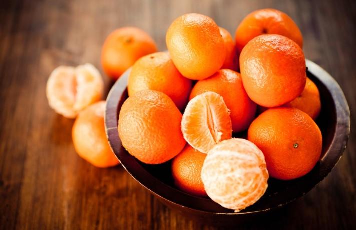 Mandarinas en un cuenco sobre una mesa de madera